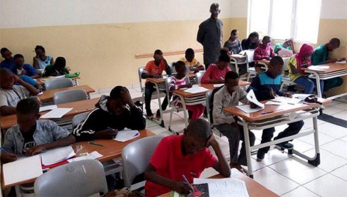élèves pendant examen