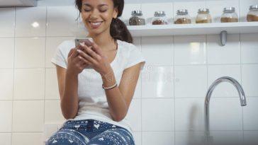 femme afro lit un message