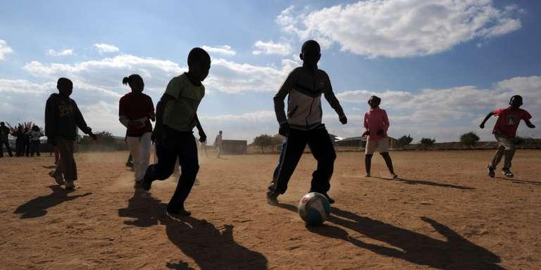 enfants jouent foot