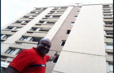 alioune diop montre l'immeuble migrant suspendu