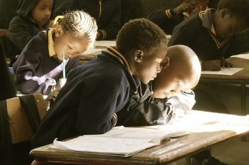 enfants noirs dans une classe stylo
