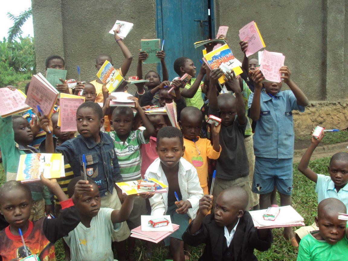 enfants tenant des livres afrique