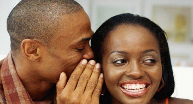 homme chuchote à sa femme