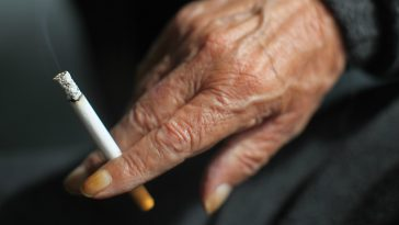 doigt jauni cigarette