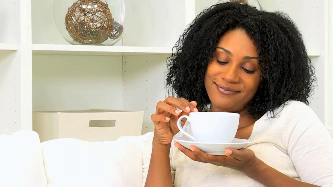 femme avec une tasse