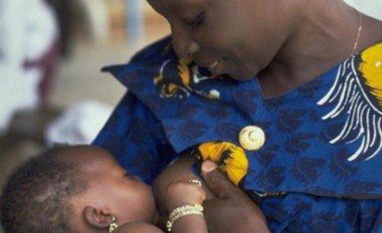 mère-donne-sein-à-son-bébé